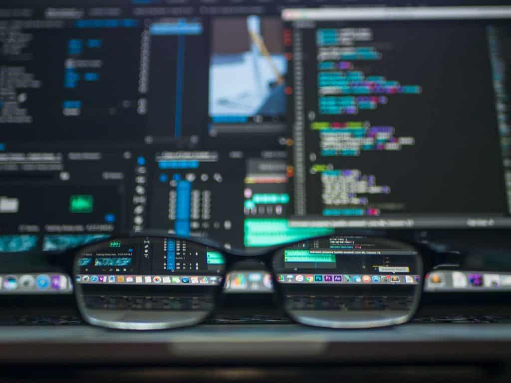 Empfehlungen des OWASP auf den Bildschirmen eines IT-Sysadmins