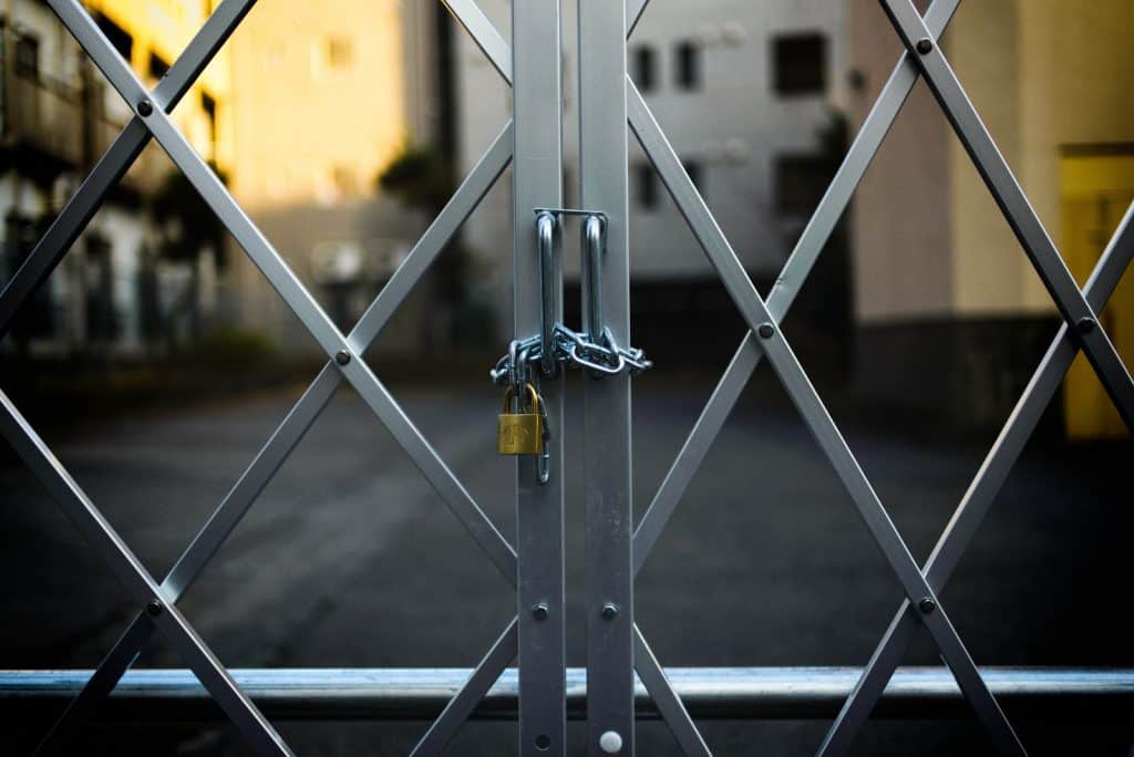 Gitter, das mit einem Schloss abgesperrt ist