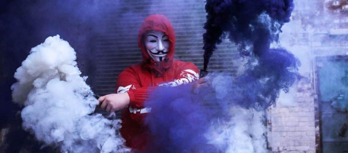 Ein Hacker verwischt seine Spuren nach dem Angriff